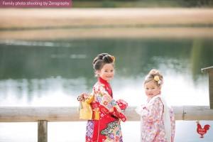 兩位小女孩回眸一笑