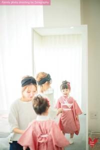 化妝師姐姐為小女孩穿著七五三和服