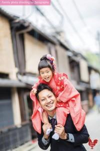 姐姐騎著爸爸於京都七五三家庭記念照