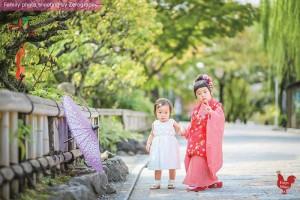 姐姐拖著妹妹於京都七五三家庭記念照