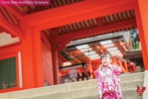 小女孩在神社門外微笑