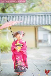 小女孩七五三撐起雨傘獨照