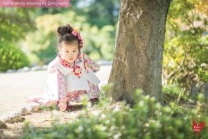 小女孩看著攝影師