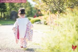 小女孩穿著七五三和服京都漫步