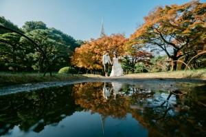 東京鐵塔、湖、穿著婚紗禮服、新郎新娘